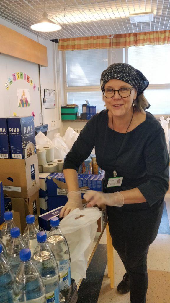Haagan toimintatalon ohjaaja Tuula pakkaa kassia