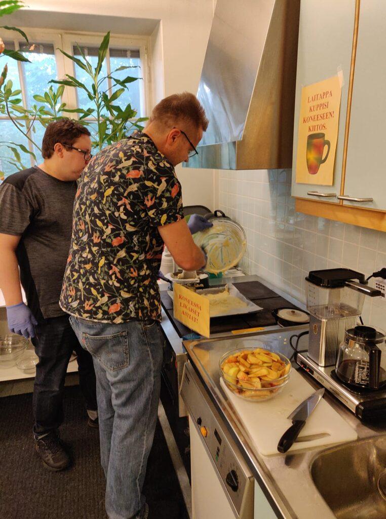 Veikko ja Jaakko tekivät tänään omenapiirakkaa kera jäätelön, oli muuten hyvää