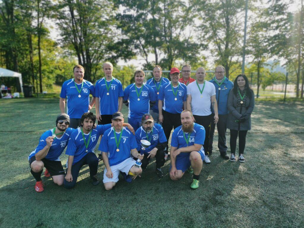 Kuvassa on kuntoutujien jalkapalloturnauksen voittanut joukkue Tampereen Pallo-Karhut.