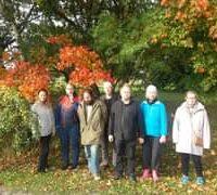 Kuvan mahdollinen sisältö: 7 henkilöä, ihmiset seisovat, puu, kukka, kasvi, ulkoilma ja luonto