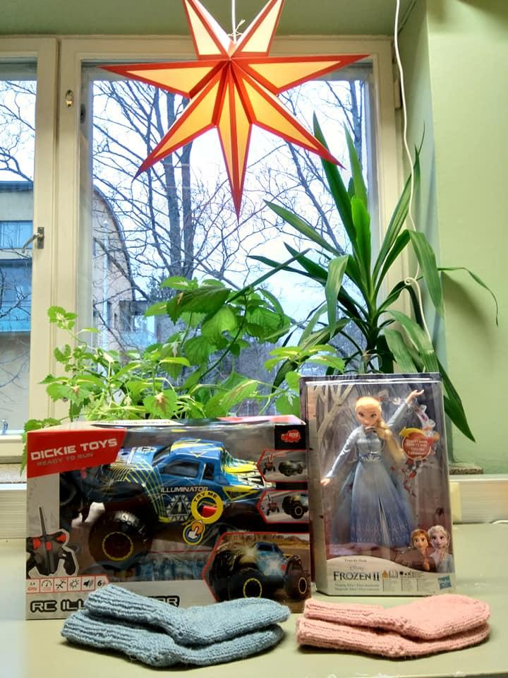 Osallistumme tänäkin vuonna Joulupuu-keräykseen 5-vuotias tyttö on toivonut laul...