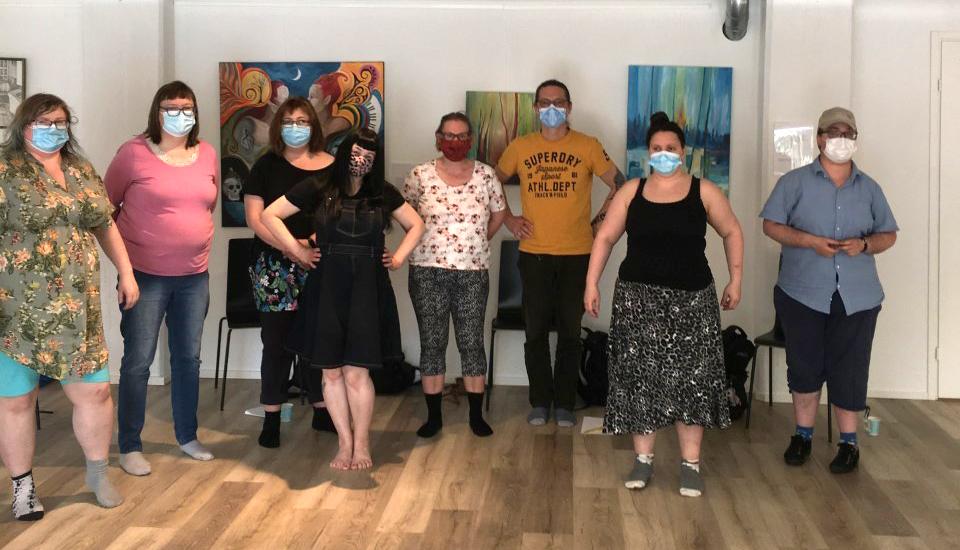 Ryhmäkuva kokemusasiantuntijoista Taiteen Sulattamolla