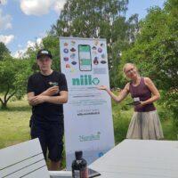 Niiloa esiteltiin Villa Borgiksessa. Kuvassa Tuomas ja lähihoitajaopiskelija Annika.